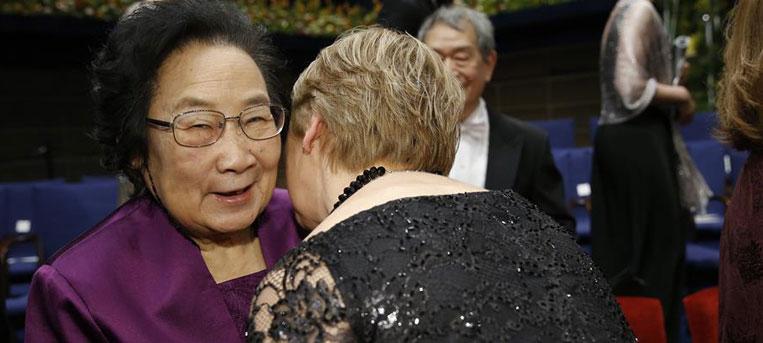 屠呦呦领取诺贝尔奖