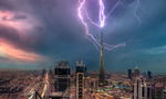 摄影师捕获闪电击中迪拜塔