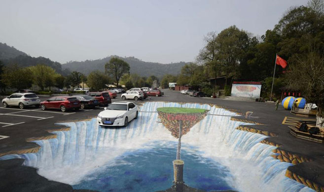 """停车场现巨型3D画作似""""瀑布"""""""