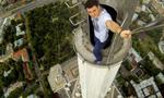 俄青年高楼顶部冒险自拍