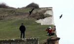 英摄影师百米悬崖边拍照