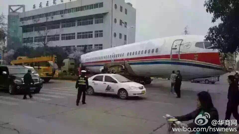 西安:飞机被堵街头刷爆朋友圈