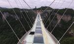 张家界大峡谷玻璃桥完成桥面玻璃安装