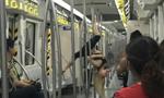 外国女孩天津地铁车厢内跳钢管舞