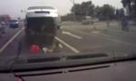 北京一面包车里掉出三孩子 吓呆后车司机