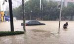 武汉多条街道被淹 行车如行船