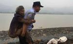 85岁痴呆老人雨中走失 民警背她回家