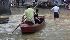 湖南道县暴雨导致内涝 市民划船出行