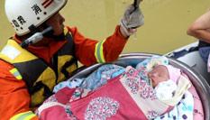 贵州沿河洪水淹没村庄 消防员脸盆救婴儿