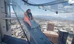 300米高空的透明玻璃滑梯 玩的就是心跳