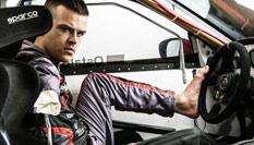 小哥苦练三年 成为世界上首位无臂车手
