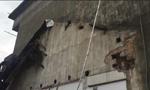安徽农民拆自家厨房 砖石堵堤坝渗水处