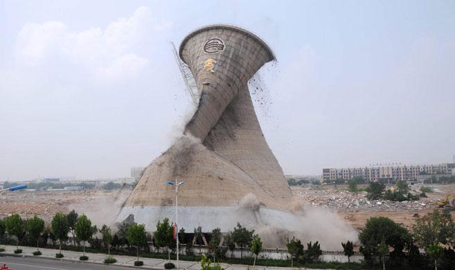 山东58米高冷却塔机械拆除 瞬间倒塌