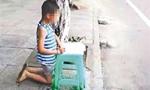 男童考试没考好被母亲殴打 事后跪地写作业