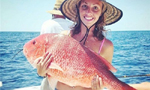 女士清凉出镜与鱼亲密接触