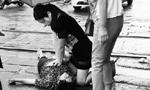 """女护士雨中跪地为伤者施救 被称""""最美女护士"""""""