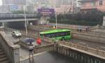 """河北暴雨中现""""最牛""""公交车掉头"""