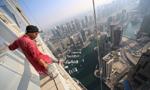 城市探险者摩天楼顶秀自拍 勇敢无畏