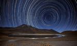 """沙漠""""星夜"""":摄影师捕捉星迹 如漩涡般迷人"""