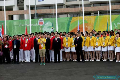 8月3日,中国代表团在里约奥运会运动员村举行升旗仪式图片