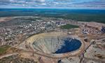 实拍俄远东庞大钻石矿坑 可产生涡旋吸入飞机