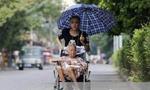 残疾小伙推着92岁奶奶寻找失踪父亲