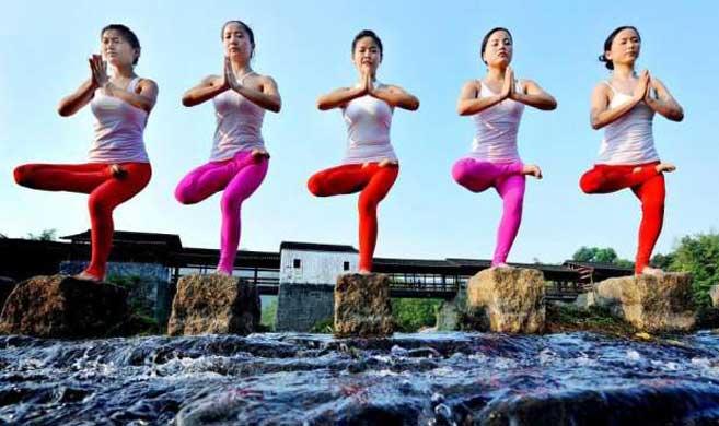 """瑜伽达人上演高难度""""水上瑜伽"""""""