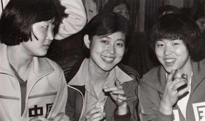 倪萍晒30年前珍贵照片 曾与女排一起训练