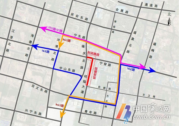 为确保东部新城生态走廊二期工程、中山东路延伸段(福庆路盛莫路)工程的顺利实施,宁穿路(福庆北路现状邱隘大道)和邱隘大道(宁穿路后新路)于今天早晨永久封闭,禁止一切车辆和行人通行。   据悉,封道首日,尽管交警部门早已在各个重要路口设置了道路封闭绕行的标志,但还有不少车辆误闯封闭区域。负责该区域管理的鄞州盛垫交警中队在几大重要路口安排了警力疏导,但由于受道路封闭首日影响,早高峰期间盛莫路由南往北车辆通行缓慢,一时排起了长队。特别是在盛莫路与文卫路路口、宁穿路与盛莫路路口,还形成了交通堵点。   据悉