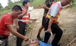 江西一辆实载57人大客车追尾侧翻 已致6死25伤
