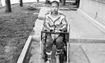 男孩被老师踢后截瘫:复学遭拒 学校否认体罚