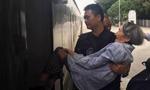 特警抱80岁老奶奶狂奔赶火车