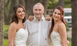 孪生姐妹与80岁老父拍摄婚纱照