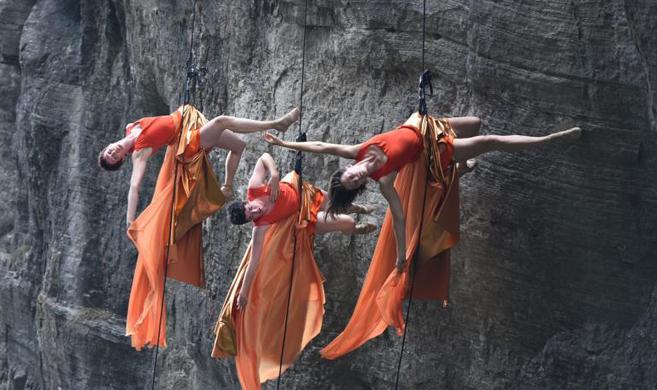 美国高空舞蹈团悬崖上垂直起舞