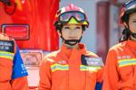 赵雅芝上演制服诱惑 开消防车指挥架势足