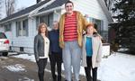 美19岁青年患罕见巨人症 身高近2米35