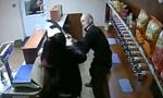 俄女店员淡定应对劫匪:有种就开枪打我