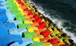青岛海湾现炫彩防浪石 石堤色彩似彩虹