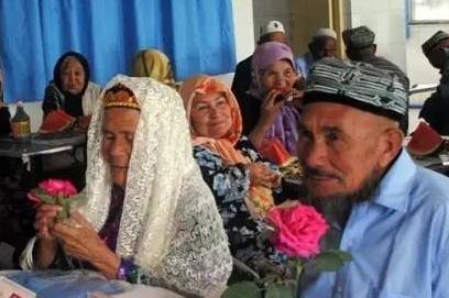 新疆71岁老汉娶114岁新娘