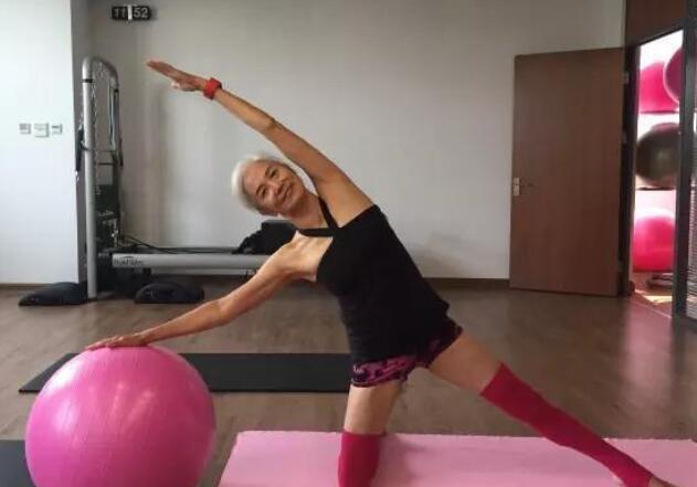 七旬老太坚持健身11年 一头银发肌肉健