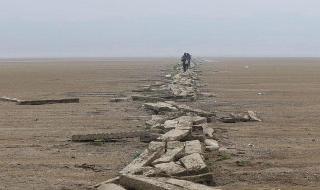 鄱阳湖水位持续走低 湖中石桥再现真容