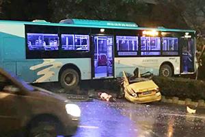 南京一公交车碾压出租车 2人当场死亡