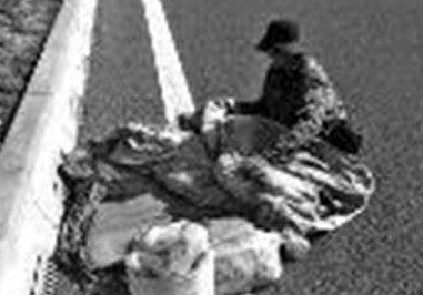 打工男徒步上高速 走累了铺上棉被在快车道睡觉