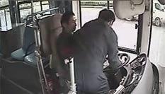 公交车正开着 突然有人抢方向盘