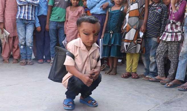 """印度6岁男孩""""人身象面""""获村民狂热追捧"""