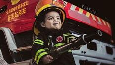 """消防老爸给儿子拍了一组""""硬汉照"""""""