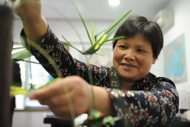 棕榈叶编出动物世界 鄞州陈阿姨很厉害