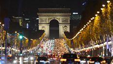 巴黎香榭丽舍大街亮起圣诞新年彩灯
