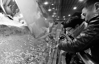 """雷峰塔遗址游客一年""""打赏""""2万 保安拦都拦不住"""