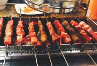 羊肉串配青岛啤酒风靡韩国 在韩华人成羊肉串大王